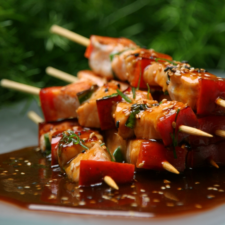 Anticuchos de pescado with an oriental sauce that has a sweet and tasty combination.